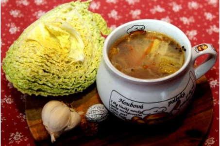 Народное блюдо на современный лад — щи со свининой в мультиварке
