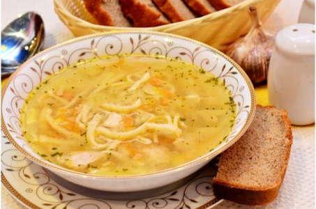 Сытный и ароматный куриный суп с лапшой домашнего приготовления в мультиварке