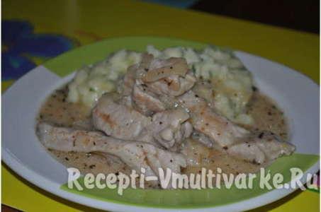 Рецепт тушеной свинины со сметаной и приправами в мультиварке