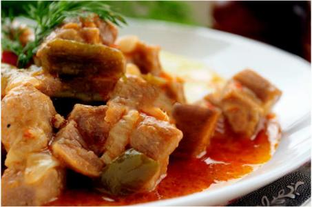 Гуляш из свинины с томатно-сметанным соусом в мультиварке