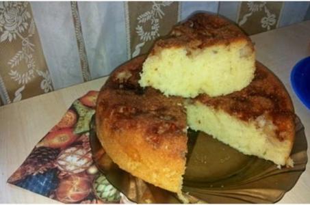 Сочный и нежный бисквит с яблоками и корицей в мультиварке