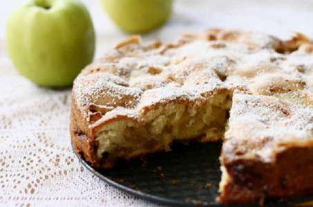 Аппетитная шарлотка в мультиварке: новое звучание с грушами и яблоками