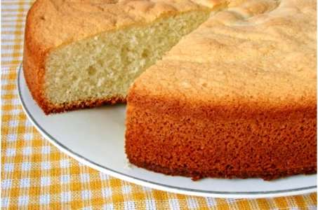 Простой бисквит, приготовленный с минимальными усилиями, в мультиварке