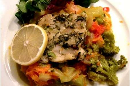Вкусный диетический обед – треска на овощной подушке в мультиварке