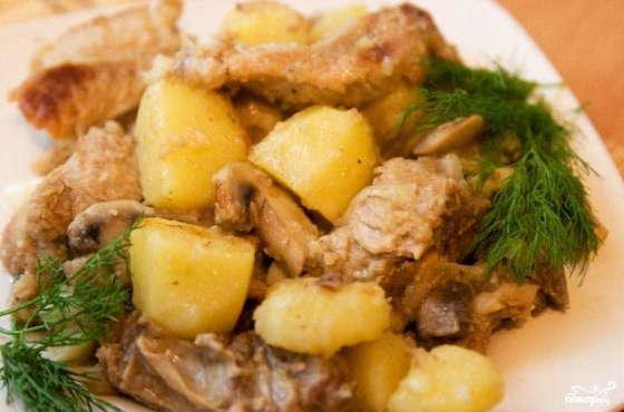 Говяжьи ребрышки, тушеные в мультиварке с картошкой