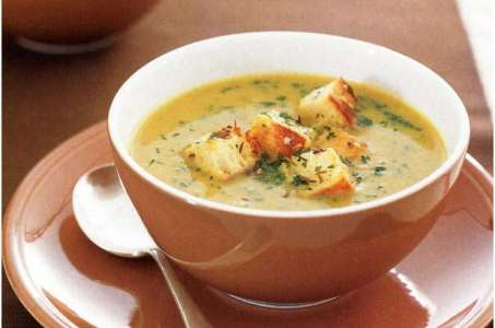 Гороховый суп с копчеными ребрышками и чесночными сухариками в мультиварке