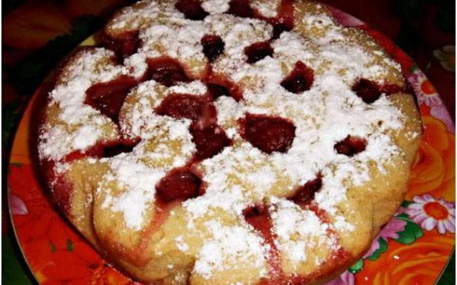 Умопомрачительный пирог с клубникой приготовленный в мультиварке