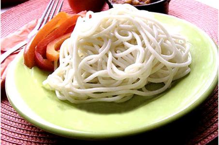 Аппетитные спагетти с простым соусом в мультиварке