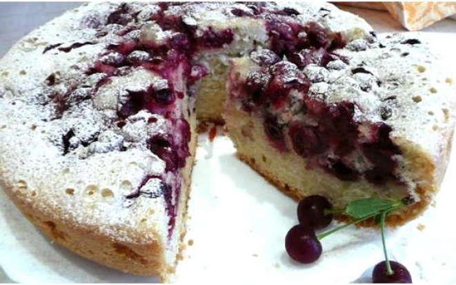 Готовим воздушный и сочный пирог с вишней в мультиварке Редмонд