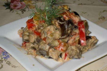 Тушеные в сметане баклажаны с аппетитными овощами в мультиварке