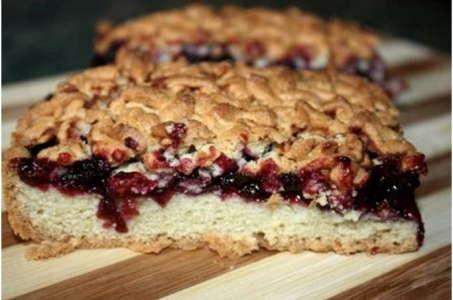 Простые десерты: тертый пирог с малиновым вареньем в мультиварке