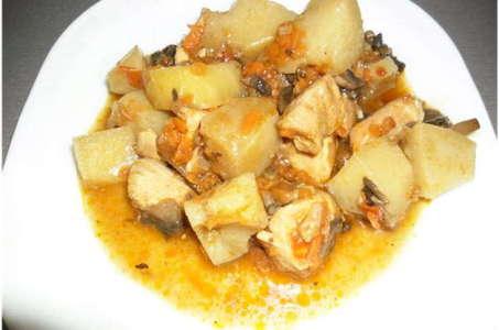 Готовим аппетитную картошку с курицей и грибами в мультиварке