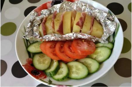 Рецепт сочной печеной картошки с беконом в мультиварке