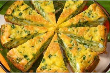 Рецепты вкусного и сытного пирога с луком и яйцом, приготовленного в мультиварке