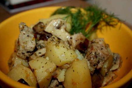 Аппетитная свинина с картошкой и грибами, тушенная в мультиварке