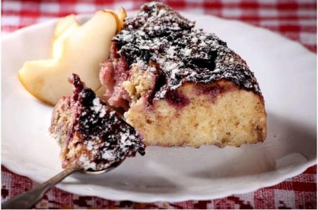 Особенный вариант приготовления пирога со сливами и яблоками в мультиварке