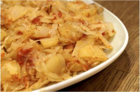 Капуста, тушенная с картофелем в мультиварке, подойдет любому столу