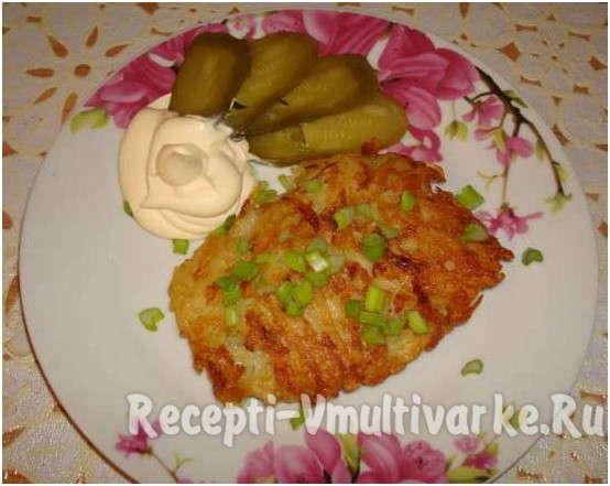 вкусное блюдо с огурчиками и соусом