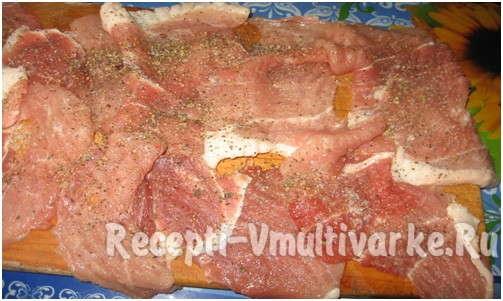 посолить и поперчить мясо по вкусу и добавить специи
