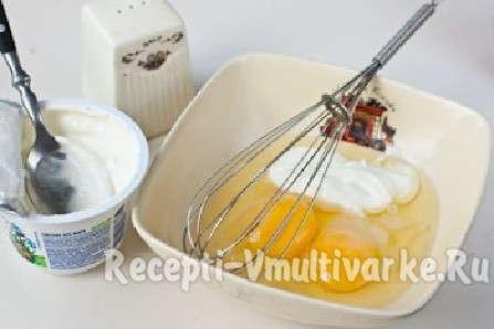 взбейте веничком яйца