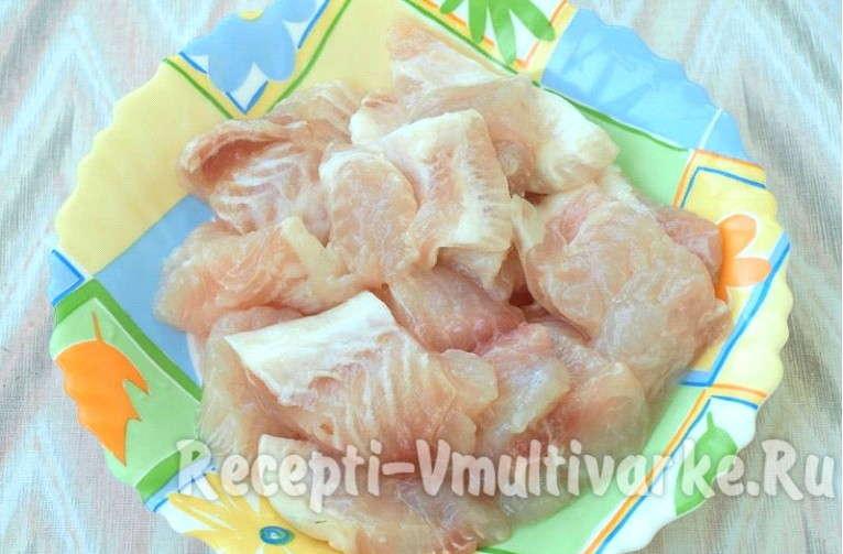 сырая рыба кусочками