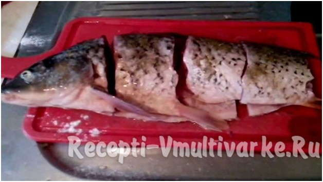 нарезать рыбу крупными кусками