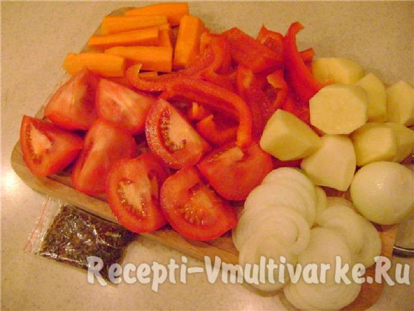 нарезать лук, помидоры, морковь