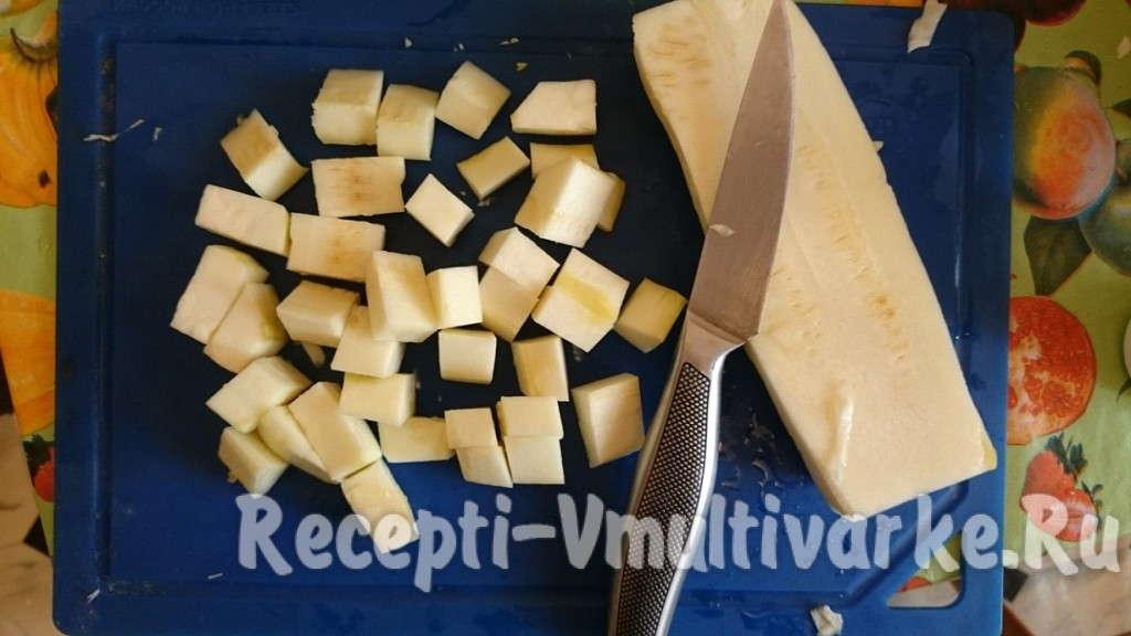 порежьте хлеб кубиками
