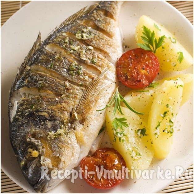 жареная рыба с картошкой, зеленью и помидорами