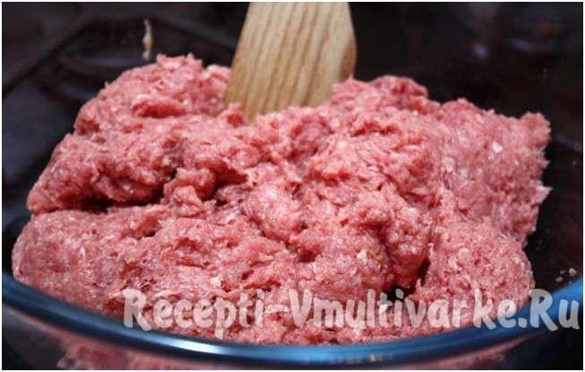 прокрутить мясо через мясорубку
