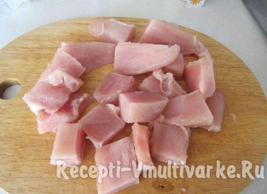 нарезать на мелкие куски мясо