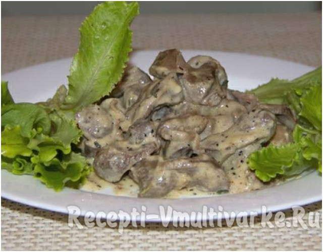 блюдо с мясом и листьями салата