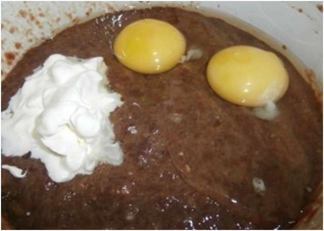 добавить два яйца