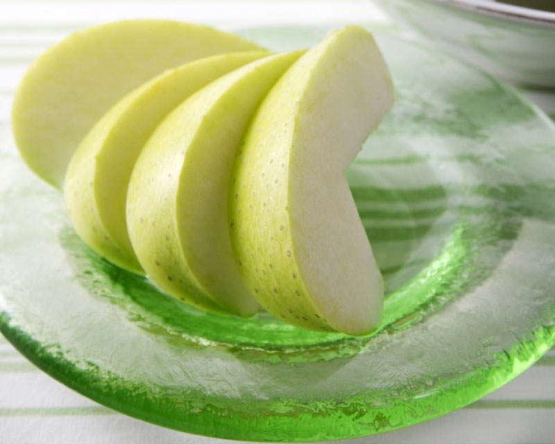 помыть и нарезать фрукт