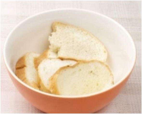 нарезать кусочками хлеб