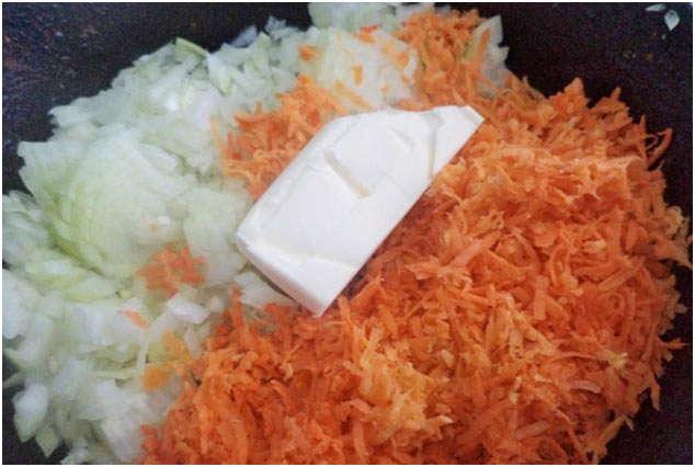 порезать морковь и лук