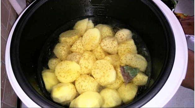 почистить лук и картошку