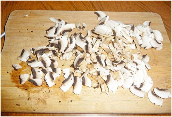 обработайте и порежьте грибы