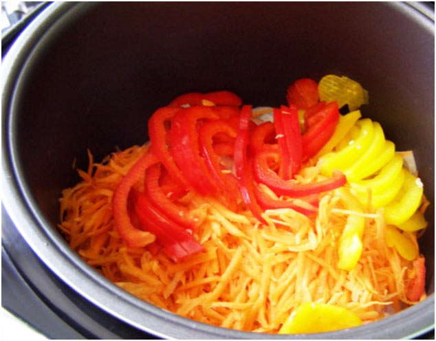 положить перец и томаты