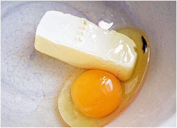 смешать яйцо и масло