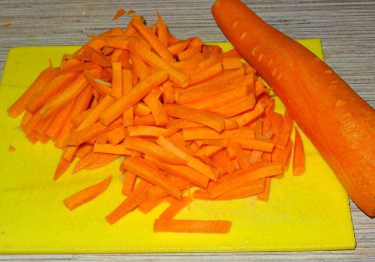 нарезать плоско морковь
