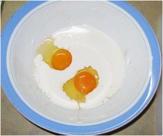 смешать яйцо и сливки