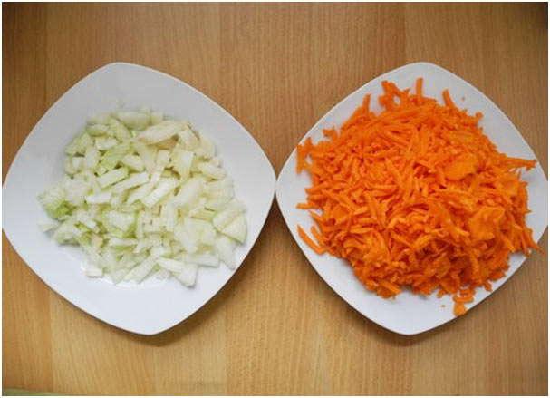 порезать лук и морковь