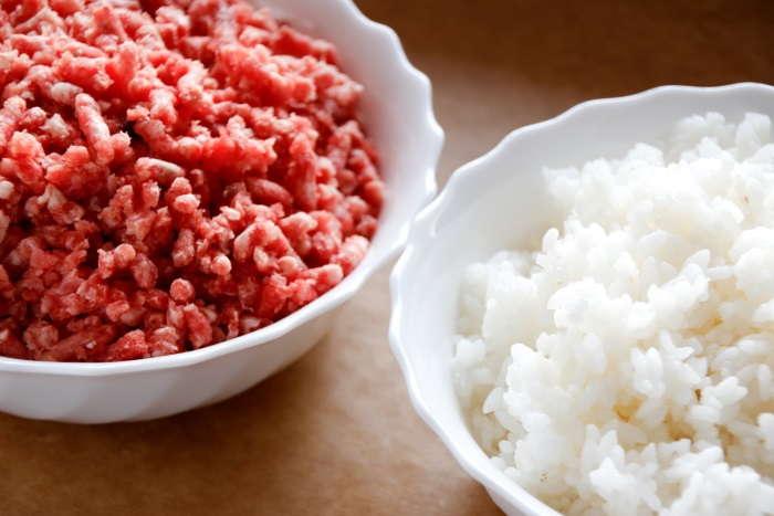 смешать мясо с рисом