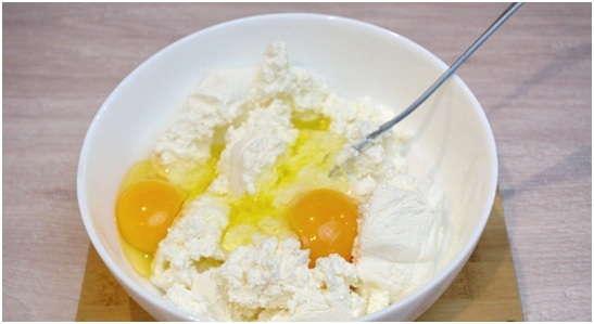 взбить творог с яйцами