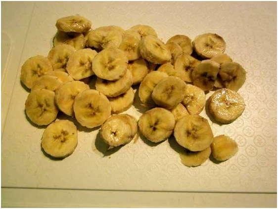 нарежьте бананы